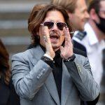 El actor Johnny Depp gesticula al salir del Tribunal Superior de Londres, Gran Bretaña, REUTERS/Toby Melville