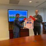 En Washington, el alcalde Jaime Pumarejo le obsequió la camisa del Junior al nuevo presidente del BID, Mauricio Claver- Carone.Alcaldía de Barranquilla