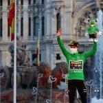 Primoz Roglic, del Jumbo-Visma, celebra su victoria en el podio después de ganar la competición. REUTERS/Sergio Pérez