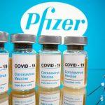 """Frascos con etiquetas que dicen """"COVID-19/Vacuna contra el coronavirus/Solo inyección"""" y una jeringa médica frente al logotipo de Pfizer. REUTERS/Dado Ruvic"""
