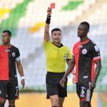David Rodríguez, árbitro, muestra la tarjeta roja a Hanyer Mosquera del Cúcuta deportivo  Foto VizzorImage / Ricardo Vejarano / Cont