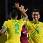 El delantero de Brasil Roberto Firmino celebrando con Danilo tras marcar el gol del triunfo ante Venezuela. Nelson Almeida/Pool via REUTERS