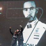 El piloto de Mercedes Lewis Hamilton celebrando con el jefe de equipo Toto Wolff tras ganar el Gran Premio de Turquía y sumar su séptimo título del mundo en la F1. Pool via REUTERS/Murad Sezerer