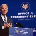 El presidente electo de Estados Unidos, Joe Biden, hablando en el teatro que sirve como sede de su equipo de transición en Wilmington, Delaware. REUTERS/Jonathan Ernst/