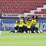 Ecuador celebra luego de anotar al derrotar a 6-1 a Colombia