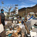 Naeeth Novaglia, de 32 años, recoge algunos escombros de su vivienda que fue destruida por el paso de la Tormenta Iota, en Providencia, REUTERS/Javier Andrés Rojas