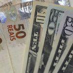 Billetes de reales brasileños y dólares estadounidenses en una casa de cambio REUTERS/Ricardo Moraes