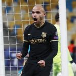 Martin Braithwaite celebra tras anotar en el triunfo del Barcelona sobre Dínamo de Kiev. 24 noviembre de 2020. REUTERS/Valentyn Ogirenko