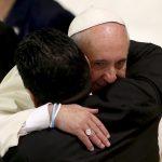 """La exestrella de fútbol Diego Maradona (izquierda) abraza al Papa Francisco durante una audiencia especial celebrada antes de un """"Partido por la Paz"""", en la sala Pablo VI del Vaticano. REUTERS/Alessandro Bianchi"""