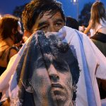 Varias personas lloran por la muerte de la leyenda del fútbol Diego Armando Maradona fuera del centro médico legal donde fue enviado su cuerpo en Buenos Aires, Argentina. 25 de noviembre de 2020. REUTERS/Magali Druscovich