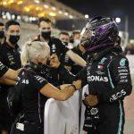 El piloto británico de Fórmula 1 Lewis Hamilton celebra junto a compañeros de la escudería Mercedes su primer puesto en la clasificación para el Gran Premio de Baréin en el circuito Sakhir de Baréin, el 28 de noviembre de 2020. Pool vía REUTERS/Hamad I Mohammed