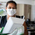 Las empleadas domesticas deben de usar tapaboca y Gorro al hacer los alimentos