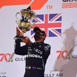 Lewis Hamilton, de Mercedes, celebra con un trofeo en el podio después de ganar la carrera en el circuito internacional de Baréin, Sakhir. 29 de noviembre de 2020. Pool via REUTERS/Giuseppe Cacace