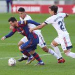 El delantero de Barcelona Lionel Messi en acción ante Iñigo Pérez del Osasuna.REUTERS/Albert Gea