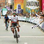 Adrián Bustamante del equipo de UAE Team Colombia hizo un extraordinario descenso del alto de Minas y se impuso en la séptima etapa del Clásico RCN Cerveza Andina