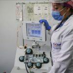 Enferma Manipula aparato de Control al COVID-19.Foto Anadolu