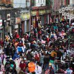 La gente camina por el sector comercial de San Victorino durante la temporada de ventas navideñas mientras el brote de coronavirus continúa en Bogotá. REUTERS/Luisa González