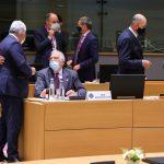 La canciller de Alemania, Angela Merkel, habla con el primer ministro de Eslovenia, Janez Jansa, junto al presidente de Francia, Emmanuel Macron, y el alto representante para Asuntos Exteriores y Política de Seguridad y vicepresidente de la Comisión Europea, Josep Borrell, durante una mesa redonda en una cumbre de la UE cara a cara en Bruselas, Bélgica, 10 de diciembre de 2020. Olivier Matthys/Pool vía REUTERS