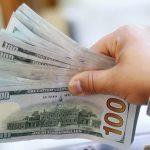 Un empleado contando billetes de 100 dólares en una casa de cambio en El Cairo, Egipto. REUTERS/Mohamed Abd El Ghany