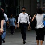 Transeúntes con mascarillas durante una calle en el distrito central de negocios de Singapur, el 14 de diciembre de 2020.  REUTERS/Edgar Su