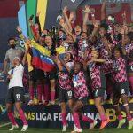Jugadoras del Independiente Santa Fe celebran con el trofeo de campeonas de la Liga Femenina Betplay Dimayoral vencer al América de Cali  en el estadio Nemesio Camacho El Campin de Bogota.Foto VizzorImage / Felipe Caicedo / Staff