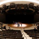 Cantantes y músicos, miembros de la Academia de la Ópera de París, ensayan en la Ópera de la Bastilla en París, luego de que se supo que los teatros, cines y museos cerrados por las medidas de confinamiento para contener una segunda ola de COVID-19 no reabrirán este año en Francia. 11 de diciembre, 2020. REUTERS/Charles Platiau