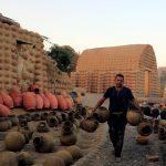 Gaber Ahmed, un alfarero egipcio, lleva arcilla de río con formas tradicionales de alfarería en la aldea de El Nazla, en Fayún, al suroeste de El Cairo, Egipto. 13 de diciembre de 2020. REUTERS/Amr Abdallah Dalsh
