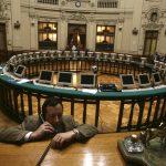 Un hombre en la sala de operaciones de la Bolsa de Comercio de Santiago, Chile. REUTERS/Iván Alvarado