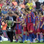 Por entonces presidente del Barcelona Joan Laporta junto a Lionel Messi y el resto del plantel con el trofeo de la liga española de la temporada 2009-2010.REUTERS/Albert Gea