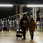 Los pasajeros llegan a la estación de tren internacional St Pancras en Londres, Reino Unido, el 20 de diciembre de 2020, después de que varios países europeos prohibieron los viajes desde y hacia Reino Unido debido a los temores sobre la aparición de una nueva variante del coronavirus. (Hasan Esen - Agencia Anadolu)