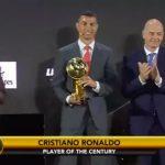 Cristiano Ronaldo con el trofeo en los Globe Soccer Awards.