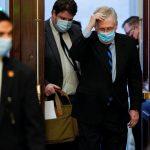 El líder de la mayoría del Senado de los Estados Unidos, Mitch McConnell, llega antes de una votación final sobre la anulación del veto a la Ley de Autorización de Defensa Nacional en el Capitolio, Washington, EEUU, 1 enero 2021. REUTERS/Joshua Roberts