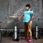 Un hombre hace fila para llenar el tanque de oxígeno de un familiar, en medio de un aumento en las tasas de infección por coronavirus en México, afuera de una tienda de suministros médicos en la capital del país. REUTERS / Edgard Garrido