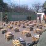 Soldados hacen guardia cerca de paquetes que contienen cocaína, después de que la policía decomisara más de seis toneladas de la droga, en Barranquilla Foto Policía Nacional vía REUTERS.