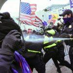 Manifestantes pro-Trump chocan con la policía del Capitolio, en Washington DC, EEUU. 6 de enero de 2021. REUTERS/Stephanie Keith