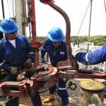 Empleados de una empresa petrolera trabajan junto a las tuberías de excavación de crudo en el campo Rubiales, en el departamento del Meta.REUTERS/José Miguel Gómez