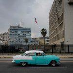 Un auto antiguo frente a la embajada de EEUU en La Habana. REUTERS/Alexandre Meneghini