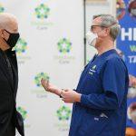 Insto a todos a que se vacunen una vez que sea su turno. Porque solo juntos podemos salvar vidas y vencer este virus.. Joe Biden