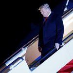 El presidente de Estados Unidos, Donald Trump, desembarca del Air Force One en la base conjunta Andrews en Maryland, después de visitar el muro fronterizo entre Estados Unidos y México, Harlingen, EEUU, 12 enero 2021. REUTERS/Carlos Barria