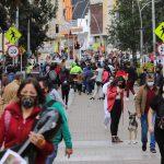 Personas utilizando mascarillas caminan por una calle antes del inicio de un aislamiento total decretado por la alcaldía, en medio del brote de coronavirus, en Bogotá,REUTERS/Luisa Gonzalez