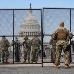 Soldados de la Guardia Nacional vigilan el Capitolio de Estados Unidos después de que la Cámara de Representantes destituyó al presidente de Estados Unidos, Donald Trump, en Washington. 14 de enero de 2021. REUTERS/Joshua Roberts