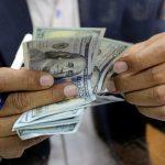 Un hombre contando dólares en una casa de cambio en el centro de El Cairo, Egipto. REUTERS/Mohamed Abd El Ghany