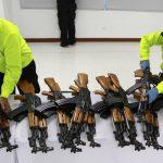 Oficiales de la Policía Nacional colocan armas REUTERS/Jaime Saldarriaga