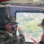 El general Eduardo Zapateiro, comandante del Ejército, y el general Jorge Vargas, comandante de Policía Nacional, volando sobre Buga para un consejo extraordinario de seguridad.Foto: Twitter del comandante del Ejército, general Eduardo Zapateiro