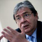 El ministro de Defensa de Colombia, Carlos Holmes Trujillo, habla durante una entrevista con Reutrers en Bogotá. REUTERS/Luisa González