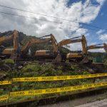 Maquinaria pesada durante los trabajos de reparación de un ducto dañado en El Reventador, Ecuador, Iván Castaneira/Amazon Watch/Handout via REUTERS
