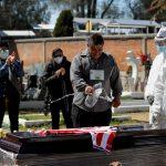 Los familiares se despiden por última vez de su pariente Emilio Valencia, quien murió a causa de COVID-19, en un cementerio local en las afueras de Ciudad de México, México. REUTERS / Carlos Jasso