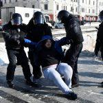 Agentes de policía detienen a un hombre durante una protesta en apoyo del opositor ruso Alexei Navalny celebrada en Vladivostok, Rusia, el 31 de enero de 2021. REUTERS/Yuri Maltsev