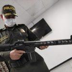 El brigadier General Gustavo Franco, director de la Policía Fiscal y Aduanera (POLFA) sostiene un rifle Anderson AM-15 incautado durante un operativo policial, en su oficina de Bogotá, Foto Policía Nacional de Colombia /vía REUTERS.