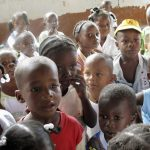 Un grupo de niños mira en un refugio para menores en Bebedó, en el departamento del Chocó. REUTERS/Jaime Acosta